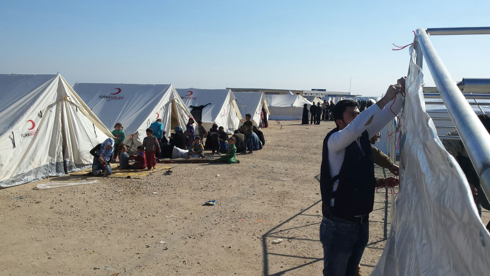 Malteser International's Syrian partner erected 225 family tents to give the fleeing people shelter.