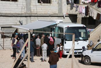 A large crowd is waiting for care at the mobile medical unit. Every day, nearly 80 people are being treated.