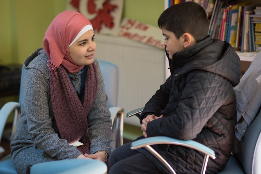 Batoul Abras caring for a syrian refugee boy in a school in Istanbul. Photo: Gonzalo Bell/Malteser International