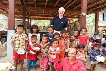 Karl zu Löwenstein, ancien Président de Malteser International Europe, en visite dans le village de Roun, près de Siem Reap.