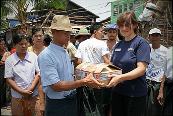 Handing-over of a relief kit