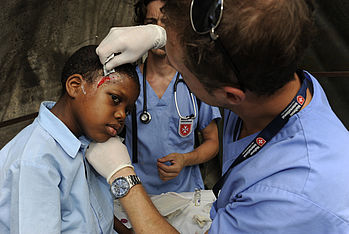 After the earthquake, a US-american volunteer treats this boy at the Malteser hospital in Léogâne. Photo: Jens Grossmann