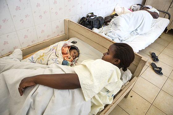 In the Hospital Kakwende, a new surgery room has been set up. There, up to 40 caesareans are conducted every month. A young mother with her newborn child in the Kakwende hospital Photo: Jana Asenbrennerova