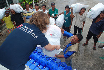 Distribution of emergency kits containing cooking utensils, blankets and hygiene items on Bantayan. Photo: Kenly Monteagudo