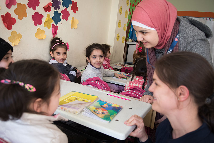 Batoul with refugee school children in Istanbul. Photo: Gonzalo Bell/Malteser International