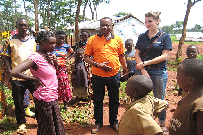 Iovanna Lesniewski, Malteser International project manager, in conversation with refugees from Burundi. Photo: Malteser International
