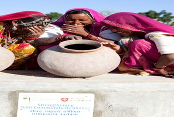 Finally clean drinking water: women on top of the village's new well. (Photo: Carmen Wolf)